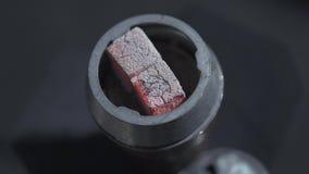 Shishawaterpijp met roodgloeiende steenkolen Moderne waterpijp met kokosnotenhoutskool en shisharook Waterpijp hete steenkolen vo stock videobeelden