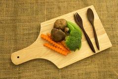 Shitake-Pilz, Brokkoli und grüne Erbse auf hölzernem Brett Stockfoto
