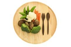 Shitake-Pilz, Brokkoli und grüne Erbse auf hölzernen Tellerwaren Lizenzfreies Stockfoto