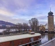 Shitkovska-Wasserturm und die slowakische Insel auf dem die Moldau-Fluss in Prag lizenzfreies stockbild