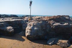 Shiva di pietra affronta sulla spiaggia di Vagator di Goa Fotografia Stock