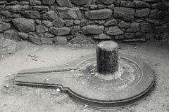 Shiva Linga antiga em um templo imagem de stock