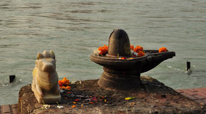 Shiva Linga and sacred bull statue on the Ganges river bank Stock Photos
