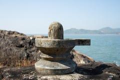 Shiva Lingam på stranden Arkivfoton