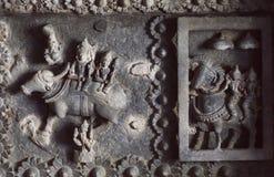 Shiva Lord en zijn vrouw Parvati op gesneden muur van de 12de eeuwtempel in India Stock Afbeeldingen