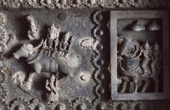Shiva Lord und seine Frau Parvati auf geschnitzter Wand des des 12. Jahrhundertstempels in Indien Stockbilder