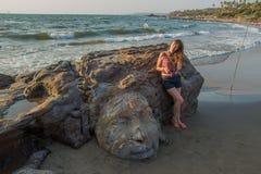 Shiva Rock Carving, Goa du nord, Inde Jeune femme chez peu de Vaga Photographie stock
