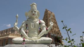 Shiva Statue In Front des Tempels stock video