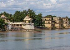 Shiva tempel och jordfästningghat Fotografering för Bildbyråer