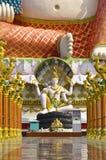 Shiva und lächelnder Buddha im Thailand-Tempel Stockfotos