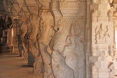Shiva Virupaksha świątynia w Hampi, Karnataka, India Antyczne kolumny świątynny podwórze Rzeźbić kamień postacie zdjęcie royalty free