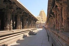 Shiva Virupaksha Temple Hampi, Karnataka, Indien Weißes Gelb stellte Tempel gegen den blauen Himmel wieder her Schnitzen des Stei stockfoto