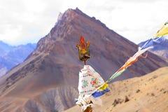 Shivas trójząb z tibetian górą i flagami obraz stock