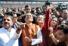 Shivraj Singh chouhan, sekretarz generalny Madhya pradesh i jego żony Sadhna Singh latająca kania w Bhopal, zdjęcie stock