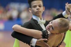Shkinderov Vladislav och Belisova Polina Perform Juvenile-1 standart europeiskt program Royaltyfri Bild