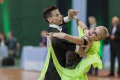 Shkinderov Vladislav y programa europeo estándar de Belisova Polina Perform Juvenile-1 sobre campeonato nacional Imágenes de archivo libres de regalías