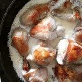Shkmeruli chiken in zure room met knoflook Royalty-vrije Stock Afbeelding