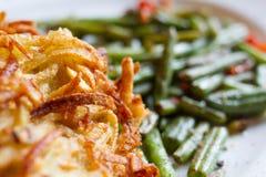 Shnitzel delicioso con las habas verdes Fotos de archivo