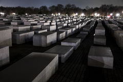 Shoah minnesmärke i Berlin At Night Royaltyfria Bilder