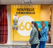 Shocase con las ventas para las mujeres de los peatones de la ropa interior y del sujetador Imagenes de archivo
