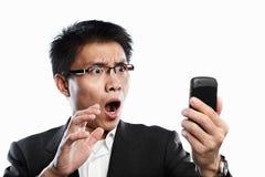 shock för affärsmanfelanmälansuttryck genom att använda videoen Royaltyfri Fotografi