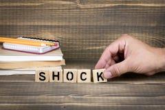 shock Träbokstäver på kontorsskrivbordet fotografering för bildbyråer