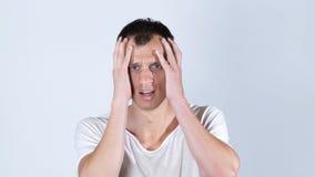 Shocked使白色T恤杉的发昏的年轻人惊奇 图库摄影