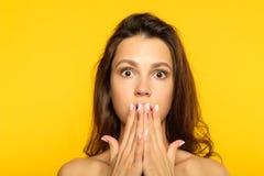 Shocked a étonné l'émotion haletante de réaction de fille image libre de droits
