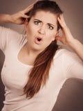 Shocked изумил женщину молодой женщины Стоковое Фото