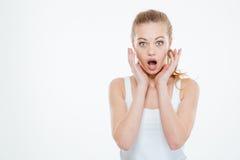 Shocked使少妇身分和呼喊惊奇 免版税库存图片