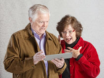 Shocked Couple with Tablet Royalty Free Stock Photos