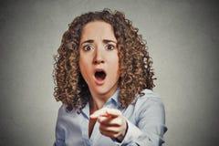 Shocked erschrak die Geschäftsfrau, die Finger zeigt Stockbilder