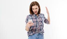 Shocked frustró a la mujer joven con el teléfono Hembra con cólera en el teléfono celular Retrato de una mujer morena enojada que fotos de archivo