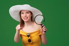 Shocked ha sorpreso la donna che mostra lo spazio in bianco della copia fotografie stock libere da diritti