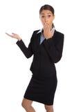 Shocked a isolé la femme d'affaires dans le costume présentant au-dessus du blanc Photo stock