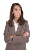 Shocked lokalisierte die Geschäftsfrau, die seitlich schaut, um zu simsen Stockfotografie