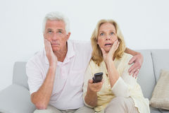 Shocked senior couple watching television Royalty Free Stock Photography
