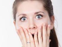 Shocked a stupéfié la bouche de bâche de femme avec des mains photo stock
