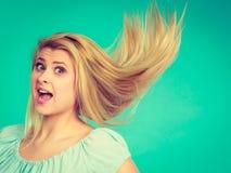 Shocked a stupéfié la femme blonde avec les cheveux ébouriffés par le vent fous Images stock