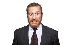 Shocked surpreendeu o homem de negócios que olha a câmera com olhos grandes Fotografia de Stock Royalty Free