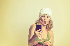 Shocked young woman staring at her mobile Royalty Free Stock Images