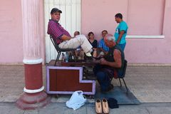 Shoe shiner at Coba Stree Royalty Free Stock Photography