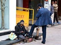 Shoeblack da rua em Deli, Índia fotografia de stock royalty free