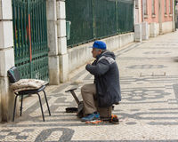 Shoeblack die op klanten in Lissabon, Portugal wachten Royalty-vrije Stock Foto
