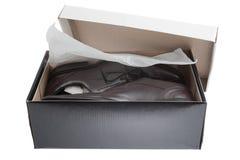 Shoebox avec les chaussures de robe des hommes Photos libres de droits