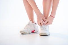 shoelaces som binder kvinnan Arkivbild