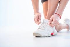 shoelaces som binder kvinnan Arkivbilder