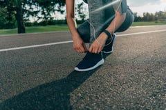 shoelaces som binder kvinnan Arkivfoton