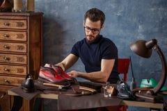 Shoemakerlooking портрета ofpleasant для всех царапин на обуви стоковая фотография