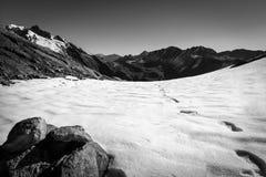 Shoeprints в снеге на горе стоковые изображения rf